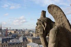 Gárgula de pedra que negligencia Paris Fotos de Stock Royalty Free