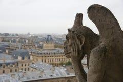Gárgula de pedra que negligencia Paris de Notre Dame Imagens de Stock