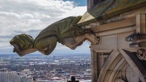 Gárgula grotesco na igreja gótico imagem de stock