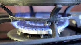 Gás ardente no fogão com uma grelha e uma bandeja vídeos de arquivo