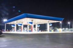Gás da bomba na noite fotografia de stock