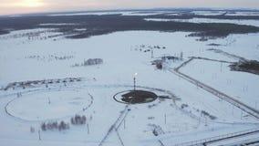 Gás da vista aérea que queima-se da estrutura do alargamento no inverno do campo petrolífero vídeos de arquivo