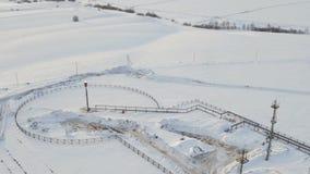 Gás da vista aérea que queima-se da estrutura do alargamento no tempo de inverno do campo petrolífero filme