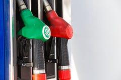 Gás de bombeamento na bomba Close up do combustível da gasolina do homem na estação do carro Fotos de Stock Royalty Free