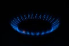 Gás de combustão na obscuridade em um hob imagem de stock royalty free