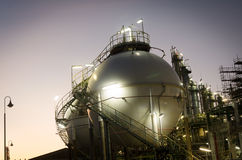 Gás do armazenamento do tanque da esfera no alvorecer Fotos de Stock Royalty Free