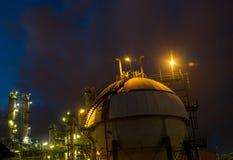 Gás do tanque da esfera na noite Foto de Stock Royalty Free