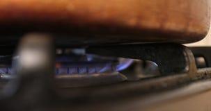 Gás em um fogão video estoque