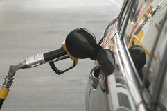 Gás que abastece-se no posto de gasolina e no carro fotos de stock royalty free