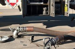 Gás que está sendo entregado pelo caminhão de petroleiro Fotografia de Stock