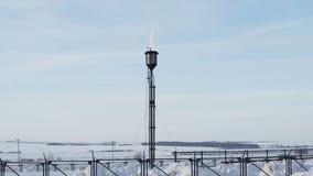 Gás que queima-se da estrutura do alargamento no campo petrolífero filme