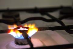 Gás que queima-se de um fogão de gás da cozinha Fotografia de Stock Royalty Free
