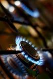 Gás que queima-se de um fogão de gás da cozinha Foto de Stock
