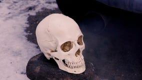 Gáss e fumo de exaustão do carro running do silencioso O crânio de uma pessoa que morresse das emanações e do ar de exaustão video estoque
