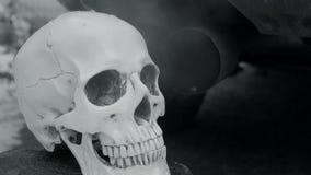 Gáss e fumo de exaustão do carro running do silencioso O crânio de uma pessoa que morresse das emanações e do ar de exaustão vídeos de arquivo