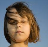 Gâchette de la petite fille dans le vent images stock