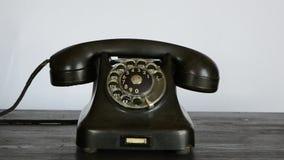 Gângster com luva preta que chama o telefone antigo filme