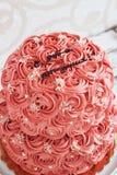 Gâteau à deux étages avec les roses crèmes photos stock