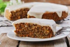 Gâteau à la carotte avec des écrous Images libres de droits