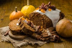 Gâteau à la carotte avec des décorations d'automne photos libres de droits