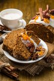Gâteau à la carotte avec des décorations d'automne photos stock