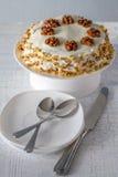 Gâteau à la carotte avec des noix Photographie stock