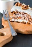 Gâteau à la carotte avec des noix photo stock