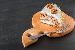Gâteau à la carotte avec des noix Photographie stock libre de droits