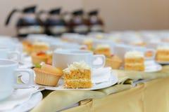 Gâteau à la carotte avec les tasses au goût âpre et vides de fruit Photographie stock