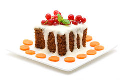 Gâteau à la carotte d'isolement sur le blanc Image stock