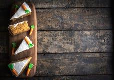 Gâteau à la carotte fait maison servi Image libre de droits