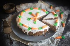 Gâteau à la carotte fait maison servi Photos stock