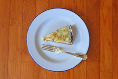 Gâteau à la carotte servi sur les ustensiles en émail classiques avec la cuillère d'argent Image stock