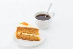 Gâteau à la carotte sur le plat blanc avec la boisson chaude Image stock