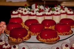 Gâteau à la mode de musc, décoré du lustre rouge de miroir Concept de St Valentine photo libre de droits