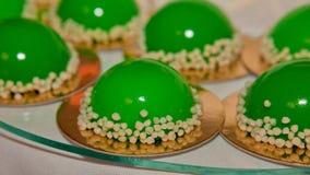 Gâteau à la mode de musc décoré du lustre vert de miroir Concept de St Valentine photographie stock