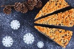 Gâteau allemand de graine d'oeillette sur le fond de Noël Bonbons à nouvelle année an neuf de Noël de fond Photos stock