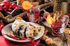 Gâteau allemand traditionnel de Noël - arbre de canneberge Stollen, de Noël, ornements, et bougies images stock