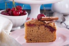 Gâteau au café de croustillant de cerise avec de la cannelle Image libre de droits