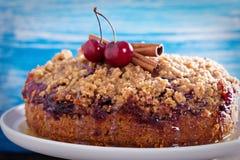 Gâteau au café de croustillant de cerise avec de la cannelle Photos libres de droits