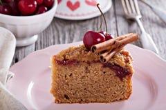 Gâteau au café de croustillant de cerise avec de la cannelle Photographie stock libre de droits
