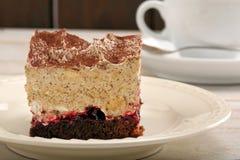 Gâteau au café doux sur le fond en bois Image libre de droits