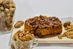 Gâteau au café savoureux de noix de pécan de lustre Photographie stock libre de droits