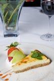 Gâteau au fromage à la carte avec les roses et le vin Images libres de droits