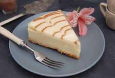 Gâteau au fromage avec de la sauce à caramel d'isolement par sauce de caramel au-dessus du papier de Brown avec le bonbon Sugar D image libre de droits