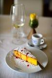 Gâteau au fromage avec de la sauce à la canneberge d'un plat blanc Photos libres de droits