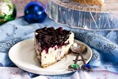 Gâteau au fromage avec de la sauce à mascarpone et à myrtille photos stock