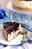 Gâteau au fromage avec de la sauce à mascarpone et à myrtille image stock