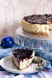 Gâteau au fromage avec de la sauce à mascarpone et à myrtille image libre de droits