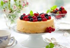 Gâteau au fromage avec des baies Photographie stock